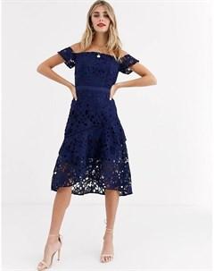 Темно синее платье с открытыми плечами и расклешенным подолом Chi chi london