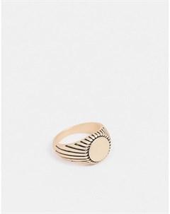 Золотистое кольцо печатка с черными линейными гравировками River island